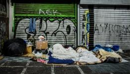 Μόνο η Ελλάδα φτωχαίνει κάθε χρόνο και περισσότερο μετά το 2014