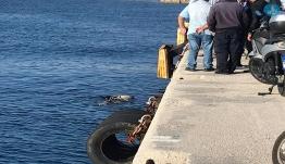 Bουτιά θανάτου στην Aκαντιά – Πνίγηκε άνδρας που έπεσε με το IX στη θάλασσα