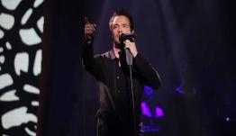 Επεισοδιακή πρεμιέρα για τον Νίνο – Γιατί πέταξε το μικρόφωνο επί σκηνής