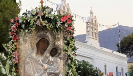 Στην Εκαντοταπυλιανή της Πάρου: Γυναίκες στολίζουν με κατάνυξη λουλούδι-λουλούδι τον επιτάφιο [βίντεο]