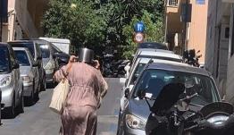 Viral: Η κυρία με την κατσαρόλα στο κεφάλι σαν κράνος, στο Κολωνάκι, μετά το σεισμό [εικόνα]