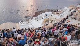 Μελέτη-καταπέλτης κατά των ελληνικών αρχών της Ε.Ε. για τουριστικό κορεσμό Σαντορίνης