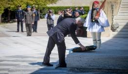 25η Μαρτίου: Άνδρας προσπάθησε να σπάσει τον αστυνομικό κλοιό και να φτάσει στον Παυλόπουλο (vid)