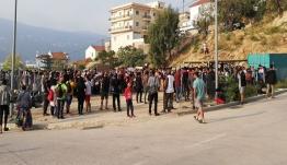 «Καζάνι που βράζει» η Σάμος: Διαδηλώσεις μεταναστών, «λουκέτο» στο δημαρχείο [βίντεο]