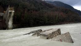 Αναστηλώθηκε το ιστορικό Γεφύρι της Πλάκας -Μπήκε ο τελευταίος θολίτης