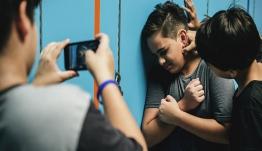 Βίντεο-σοκ με ανελέητο ξύλο σε σχολική αίθουσα μεταξύ μαθητών με κράνη και ζώνες