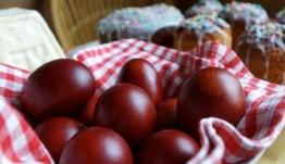 Σας προβληματίζει το βάψιμο των πασχαλινών αυγών; Δείτε πώς θα τα κρατήσετε άθικτα