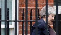 Διπλή ήττα Μέι παρά την αναβολή της ψηφοφορίας για το Brexit