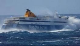 Κυκλάδες: Η στιγμή που πελώρια κύματα «σφυροκοπούν» το Blue Star Naxos μεσοπέλαγα! (Βίντεο)