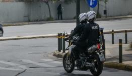 Συνελήφθησαν 7 μέλη του Ρουβίκωνα, για το συμβάν έξω από το Μαξίμου -Πέταξαν στο έδαφος αστυνομικό