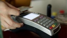 Γλιτώνουν τα πρόστιμα για τη χρήση πιστωτικών καρτών άνεργοι και πρόσφυγες