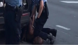 """Τζορτζ Φλόιντ: """"Τσουνάμι"""" οργής στις ΗΠΑ - Για εννέα λεπτά τον πατούσε στον λαιμό ο αστυνομικός"""