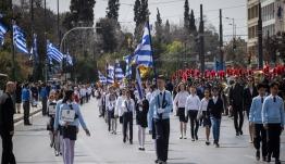 Την Τρίτη στη Βουλή η αλλαγή για τους σημαιοφόρους στις παρελάσεις – Τι απαντά το υπουργείο Παιδείας στον ΣΥΡΙΖΑ