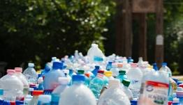 Τέλος οι μπατονέτες και τα πλαστικά μιας χρήσης - Τι θα αποσυρθεί μέχρι το 2021