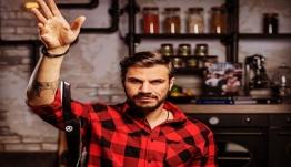 Ακης Πετρετζίκης: Συμβόλαιο στον Alpha για Kitchen Lab και Akis' Food Tour