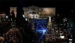 Τα Χριστούγεννα ήρθαν στην Αθήνα: «Χαμόγελα» για το δέντρο των 17μ. και την «παράσταση» με τη Βουλή - Δείτε βίντεο