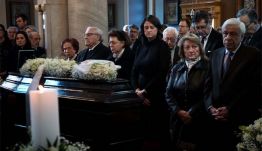 Συγκίνηση στο τελευταίο αντίο για την Κική Δημουλά - Ποιοι έδωσαν παρών στην κηδεία της ποιήτριας