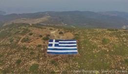 Οινούσσες: Κάτοικοι απαντούν στις τουρκικές προκλήσεις με μια τεράστια ελληνική σημαία