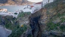 Σκόπελος: Κατολίσθηση εξαφάνισε μια ολόκληρη πλαγιά – Σπίτια στο χείλος του γκρεμού – ΒΙΝΤΕΟ