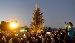 Συγκίνηση: Αναψε το χριστουγεννιάτικο δέντρο στο πυρόπληκτο Μάτι [εικόνες]